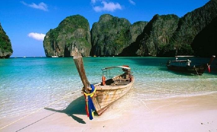 Lênh đênh trên mặt nước với thuyền đuôi dài